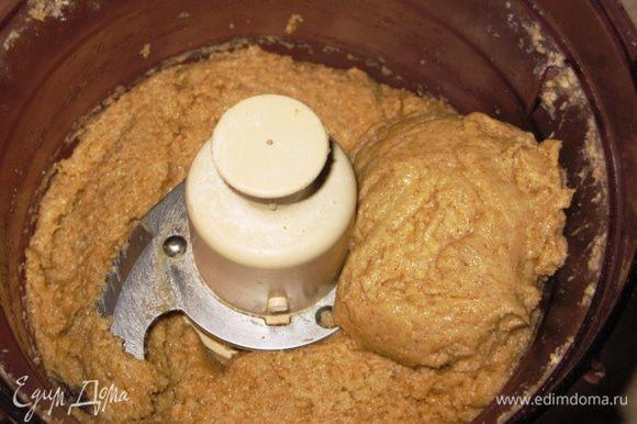 Мягкое масло хорошо смешать с сахаром. Добавить овсяную муку, теплую воду с растворенной солью. Слегка перемешать. Если в комбайне, то буквально несколько раз в режиме Пульс. Всыпать муку пшеничную с содой и замесить тесто.