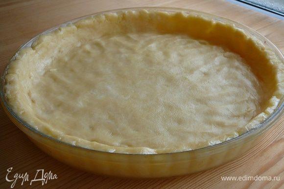 Раскатать тесто в форме для выпечки (24 см). Сделать наколы вилкой и отправить в холодильник на 15 минут. Запечь при 200 градусах в течение 10-15 минут.