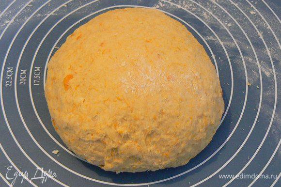 Должно получиться довольно крепкое, элластичное тесто, отстающее от стенок миски. В зависимости от консистенции тыквенного пюре можно добавить либо воды, либо муки.