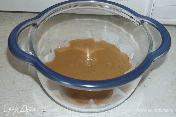 Яйцо вилочкой смешать с сахаром, добавить какао. Муку, разрыхлитель и крахмал можно смешать вместе и добавить, а можно прямо там все сразу. Добавляем масло и молоко. Перемешиваем это все, перемешивается очень легко.
