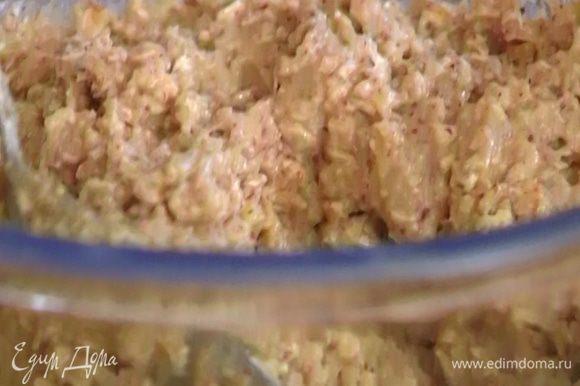 Всыпать оставшуюся миндальную и пшеничную муку, разрыхлитель, овсяные хлопья, посолить и перемешать.