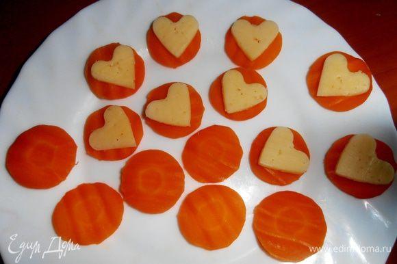У меня остались кружки отварной моркови от предыдущего рецепта-салата...,кладём на них сырные сердечки...