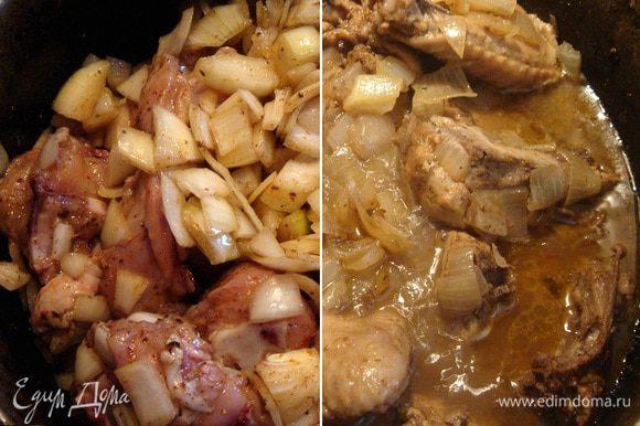 В толстостенную кастрюлю выложить лук и кусочки курицы, хорошо перемешать,накрыть плотно крышкой и поставить на медленный огонь(я ставлю на самую большую конфорку на самый маленький огонь). Если нет в арсенале такой кастрюли,то можно под обычную подставить рассеиватель. Яйца сварить и очистить. Через 50-60 минут курица с луком хорошо уварятся и будут покрыты собственным соком.