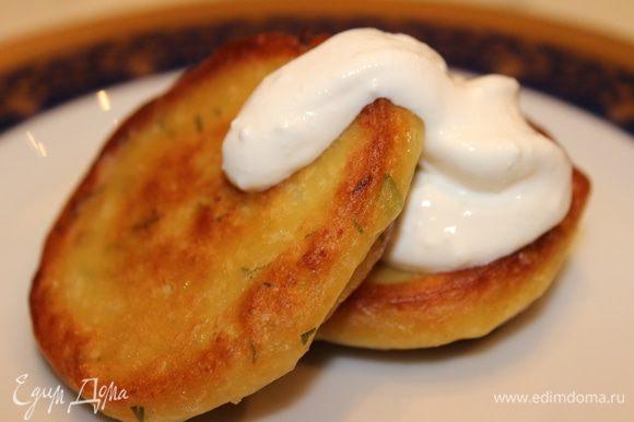 Картофельные плюшки готовы: с хрустящей золотистой корочкой и чудесным ароматом чеснока, который вызывает аппетит... Подавать горячими со сметаной.