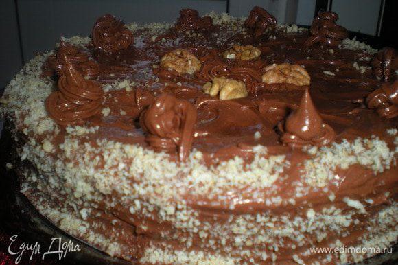 Верх и бока торта смазать кремом.Бока посыпать измельченными орехами.
