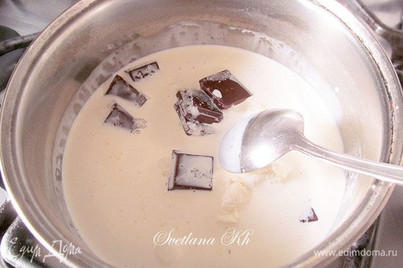 Для крема сливки налить в емкость, поломать шоколад, добавить сахар. Поставить на огонь. Хорошенько размешать до однородности, не кипятить, а только нагреть. Хорошо остудить и взбить до пышности. Крем получается как мусс - пышным и гладким. Смазать кремом коржи.