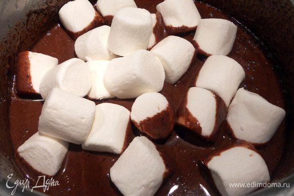 Когда шоколад и сливки соединяться, можно начинать добавлять маршмеллоу, поэтапно, 1 - 2 горсти за раз. Плавить зефир, постоянно помешивая, на медленном огне, и пока не добавите весь маршмеллоу. Снять с огня, добавить ванильный экстракт, остудить. Затем рекомендую убрать крем минут на 30 в холодильник, чтобы еще больше схватился.