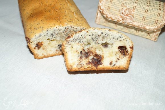Поставить в разогретую до 180 градусов духовку на 50-55 минут. Готовому кексу дать немного остыть, чтобы не вытек шоколад. Посыпать сахарной пудрой или покрыть глазурью. Приятного чаепития!!!