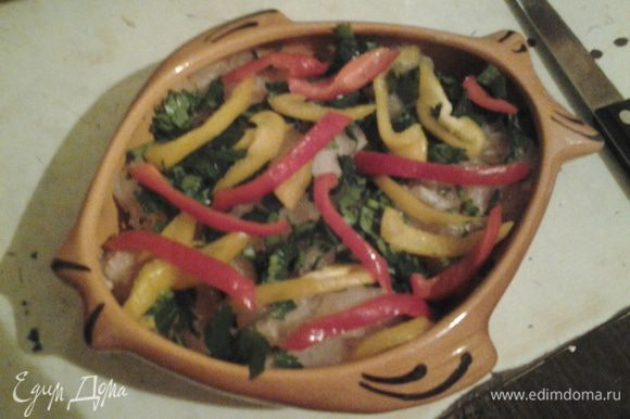 Болгарский перец нарезать соломкой и уложить поверх петрушки.