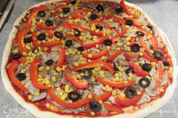Смазываем тесто томатным соусом, добавляем грибы, перец, кукурузу,маслины.
