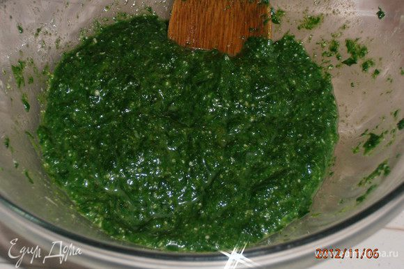 Разделить смесь на три части. В одну часть добавить соус, во вторую шпинат (предварительно измельчив). Солим,перчим.