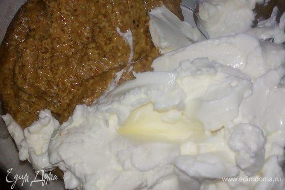 Делаем прослойку. Смешиваем марципан,творожный сыр,сгущенку. Также делим начинку на 2 части и добавляем краситель. Для зеленых пироженых я добавила мятный экстракт,для оранжевых - апельсиновую цедру.