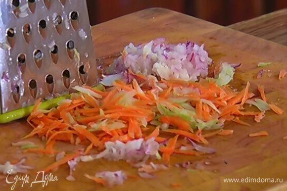 Сельдерей, морковь и половину луковицы натереть на крупной терке, оставшийся лук порубить полосками.
