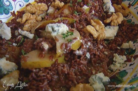 Посыпать салат листьями тимьяна, кусочками сыра и орехами.