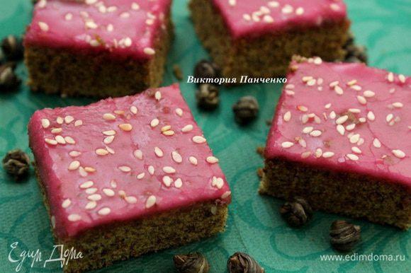 Для глазури соединить сахарную пудру, воду и краситель. Перемешивать до получения густой блестящей массы. Готовую глазурь нанести на бисквит и нарезать корж на квадраты.