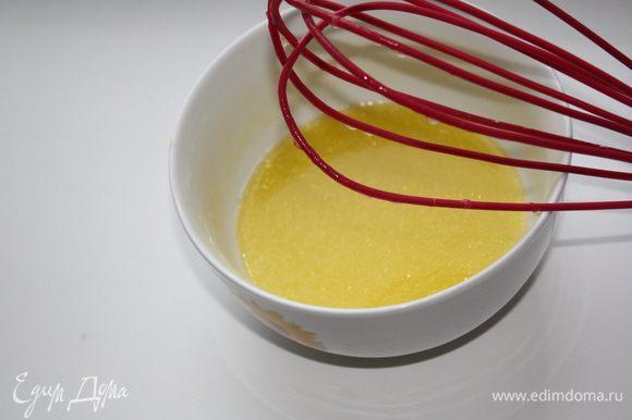 Добавлем в сок 2 ст. л. оливкового масла и взбиваем слегка венчиком.