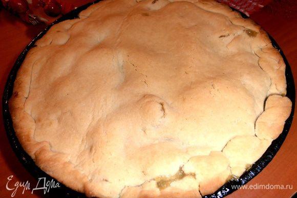 И выпекаем в нагретой до 180 гр. духовке 25-30 минут. Внимание: у меня сковорода низкая, и сироп стал немного вытекать через края, поэтому срочно пришлось подставить снизу более широкую форму!