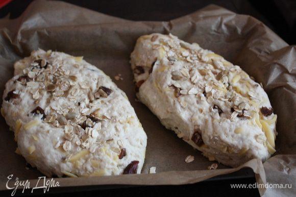 Посыпать семечками,кунжутом и геркулесом и переложить их в форму, смазанную раст. маслом или на бумагу. Можно сделать один,положив его в форму для кекса. Поставить в теплое место на 10-15 минут.
