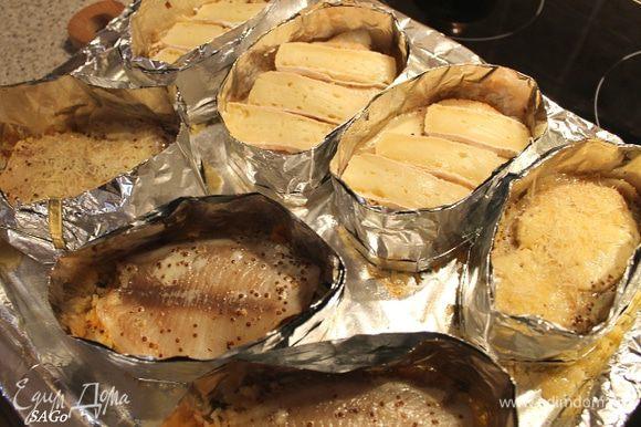 Ставим блюдо в духовку, прогретую до 200 гр., на 20 мин. Перед самой отправкой в духовку выливаем на лист вино между рядами, туда-сюда покачаем его, чтобы вино распределилось равномерно под рис. Через указанное время достаём рыбу, выкладываем на каждую порцию пластики сыра бри. И запекаем в режиме турбогриль 5 мин.