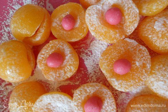 Половинки абрикосов складываем,в серединку кладем марципановый шарик