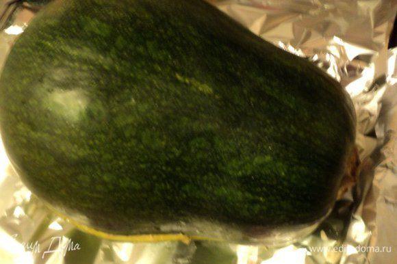 Накрыть сверху второй половинкой тыквы. Смазать тыкву сверху растительным маслом.