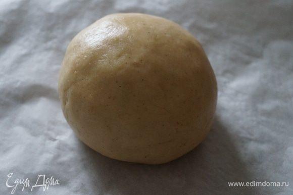 Соединить муку и яично-медовую смесь, замесить эластичное тесто, завернуть его в пищевую пленку и оставить на 20-30 минут отдыхать.