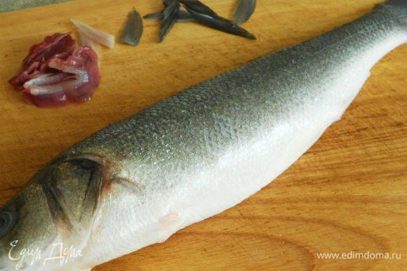 Рыбу очистить от чешуи, удалить жабры и плавники, оставив хвостовой.