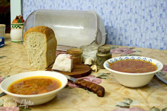 в кастрюлю кдажу мясо и фасоль сразу и ставлю на плитку. как закипит снимаю пену, убавляю огонь и оставляю кипеть мин. 30. между делом добавляю кусочек свеклы, моркови и картошку. потом, когда борщ готов, я свеклу и морковь убираю, а картошка разваривается. через мин. 30 я добавляю соленую капусту, еще минут через 15 свежий рис. кастрюлю переставляю на печку довариваться.