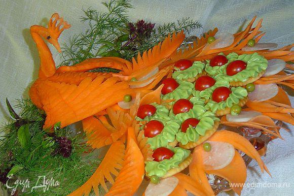 Эта закуска хороша для фуршетов и праздничных столов, и чтобы придать ей торжественность, я поместила ее в хвост птички, которую вырезала из моркови, а центральную часть перышек – из редьки дайкона.