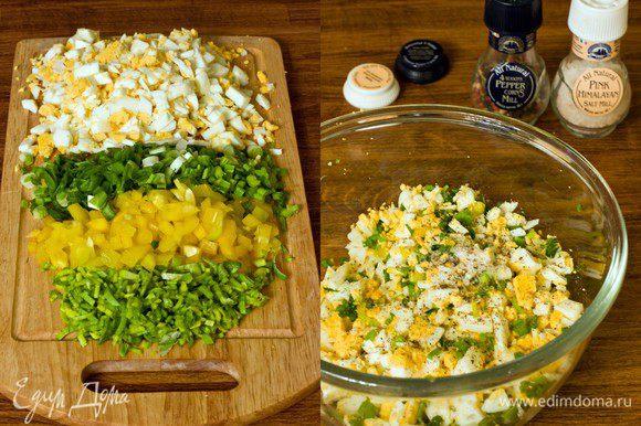 Следующие несколько фотографий сделаны в вечернее время, поэтому прошу прощения за качество фото. Готовим начинку для зраз. Отвариваем яйца, чистим их, мелко рубим. Лук-порей, зеленый лук и желтый болгарский перец нарезаем довольно мелко. Все смешиваем, добавляем соль, перец