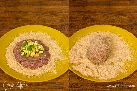 Достаем фарш из холодильника, хорошенько отбиваем его об стол, если есть желание и начинаем готовить зразы. Влажными руками берем немного фарша, делаем из него лепешку и кладем столовую ложку фарша. Аккуратно соединяем края. Удобнее это делать на ладони. . Сформированную зразу обваливаем в панировочных сухарях.