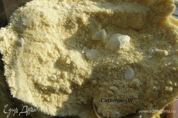 Для начала смешаем вместе миндальную муку с сахарной пудрой. Рецепт миндальной муки - http://www.edimdoma.ru/retsepty/48559-orehovaya-muka