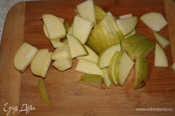 Теперь займемся начинкой.Удалим серединки яблок и нарежем небольшими ломтиками.