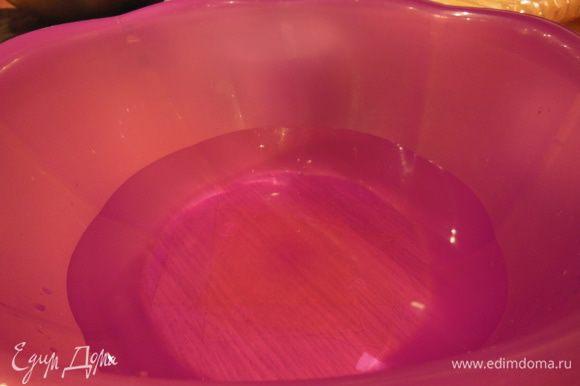 Замачиваем желатин в холодной воде, даем постоять минут 15, а затем на водяной бане растворяем.