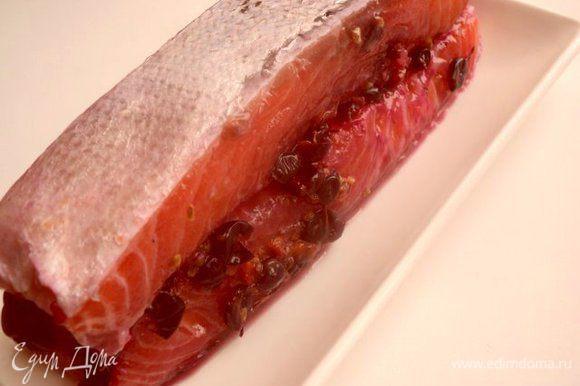 Натереть смесью соли и сахара филе семги. Сверху выложить растолченные ягоды смородины. Сложить филе кожей наружу, завернуть в пергаментную бумагу, положить в пакет и в холодильник на 1 сутки. Периодически переворачивать.