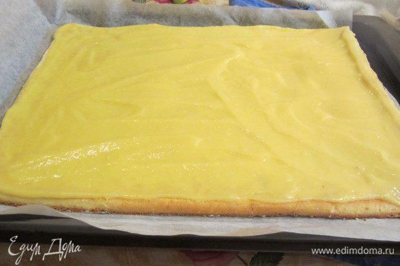 Промазать рулет кремом, желательно тонким слоем. Если хотите помягче вкус. можно взбить сливки и смешать с лимонным курдом.
