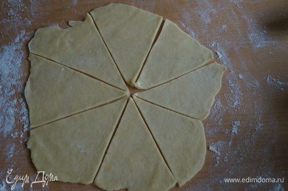 каждую часть раскатать в тонкий пласт и разделить на 8 треугольничков