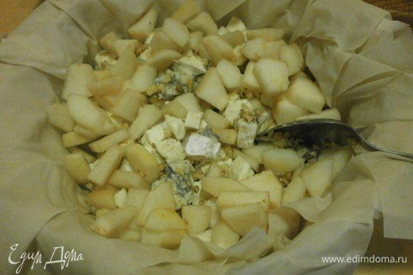 Форму для выпечки застелить бумагой. Смазать оливковым (другим растительным) маслом. Выкладывать листы теста, слегка смазывать кисточкой каждый лист оливковым маслом. Заполнить форму с тестом начинкой.
