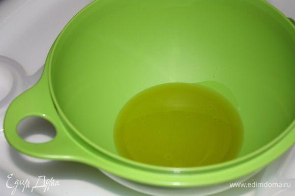 В глубокую миску наливаем масло.