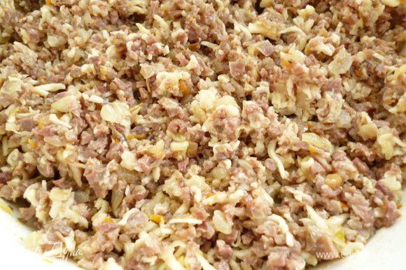 Приготовить начинку:сердце и легкое промыть,нарезать кусочками и отварить до мягкости.Остудить и пропустить через мясорубку.Лук репчатый нарезать мелко,морковь натереть на терке и обжарить их до прозрачности на растительном масле.Смешать с ливерным фаршем,добавить натертый на мелкой терке сыр,слегка взбитые яйца,посолить,поперчить и хорошо перемешать.