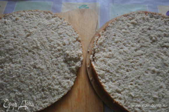 Готовый бисквит остудить в форме, вынуть и разрезать на 2 пласта.