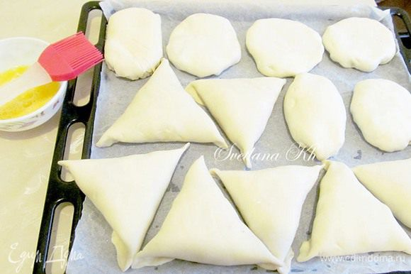 Вот такая разная. Смазать самсу яйцом и поставить выпекать в духовку на 35-40 минут, при 180 гр.