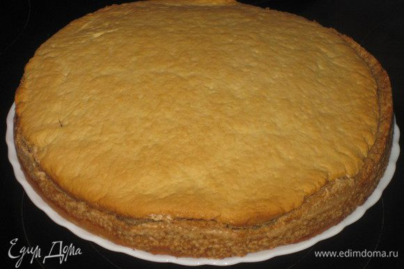 Когда торт готов (он должен подняться и воткнутая спичка должна выходить сухой), вытаскиваем его и даем остыть. В это время выпекаем заготовки грибов и березки.