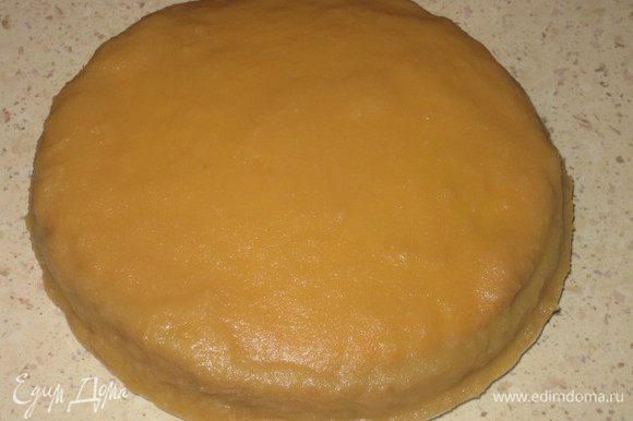 Далее нагреваем помадку в СВЧ или на водяной бане и наносим ее равномерно на торт. В этом месте я сделала ошибку и перегрела помадку в микроволновой печи, пришлось снова ждать, пока она загустеет.