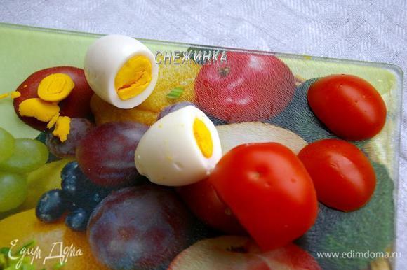 Яйца отвариваем, чистим, срезаем у трёх яиц «шляпки». Аналогично отрезаем «шляпки» с обеих сторон помидора.