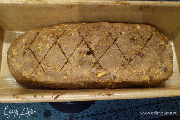 Через 5 минут выньте кекс, сделайте маленькие надрезы и отправьте в духовку на 25-30 минут.