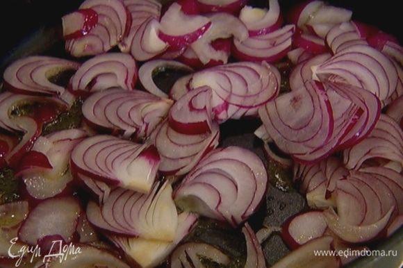 Разогреть в сковороде оливковое масло и обжарить лук до золотистого цвета.