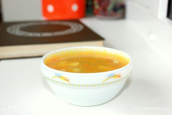 Подают гороховый суп с гренкам, приготовленными из белого хлеба, нарезанного кубиками и подсушенного в духовом шкафу.