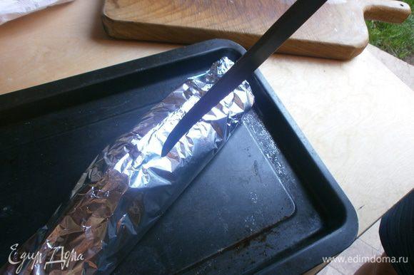 Сделать несколько проколов ножом, чтобы не собирался пар внутри. запечь в духовке 45 - 50 минут при температуре 200 градусов.