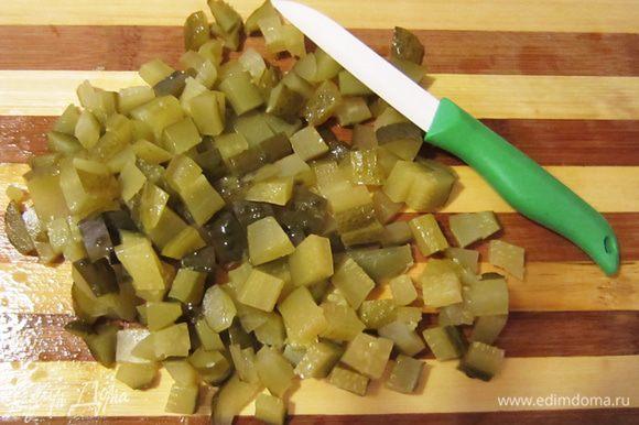 Порезать соленые огурцы, немного припустить.